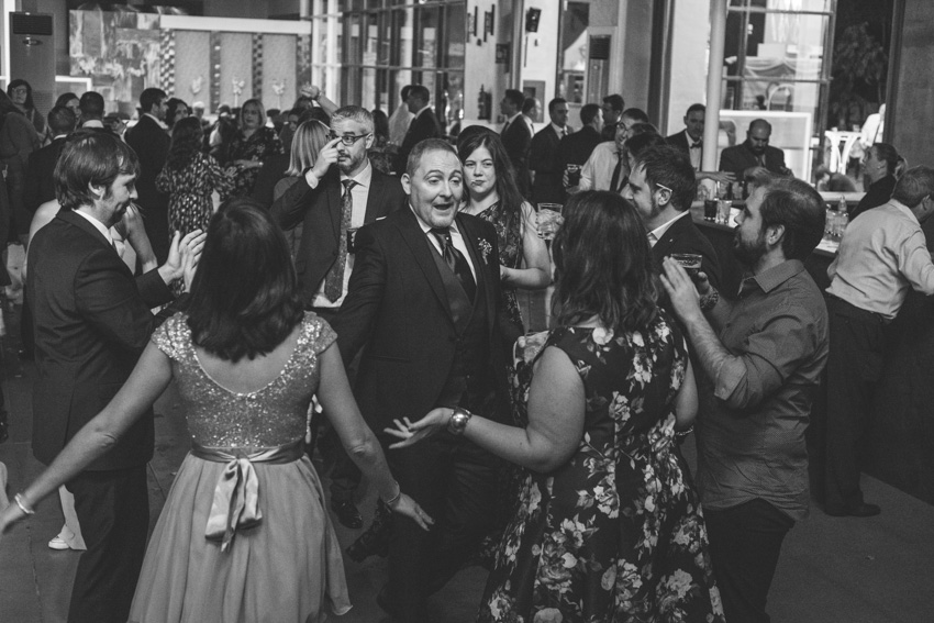 Novio bailando con los amigos el dia de la boda, Supercastizo, Jaen