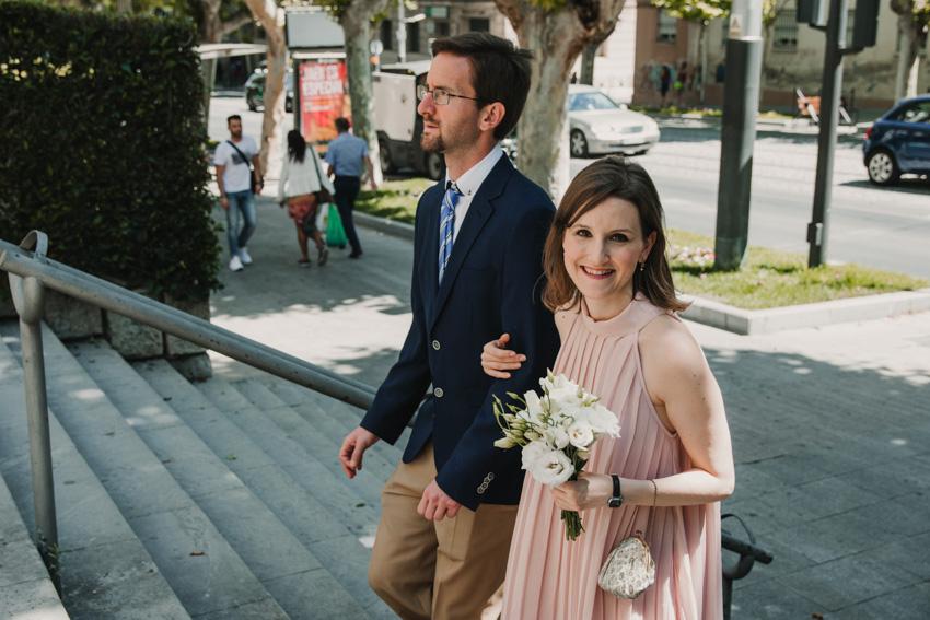 novia llegando a iglesia con hermano