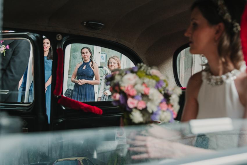 novia dentro del coche y madre mirandola