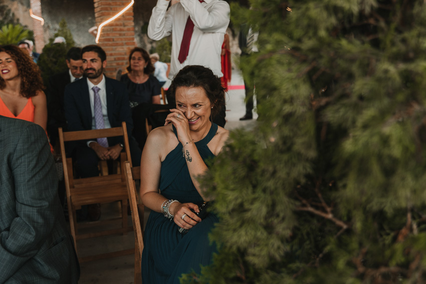 dama de honor riendo y llorando en ceremonia