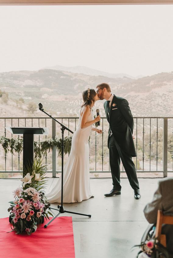 novios besandose en la ceremonia civil