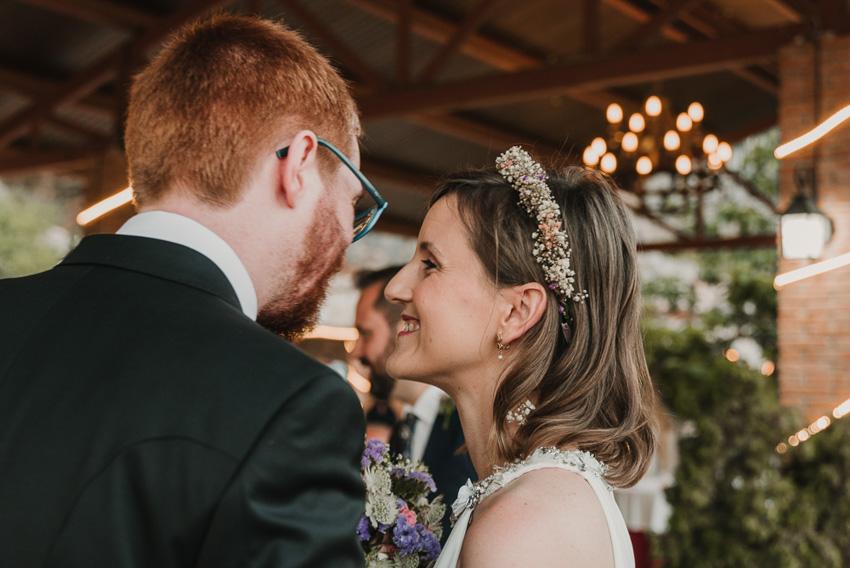 novia mirando a novio durante ceremonia