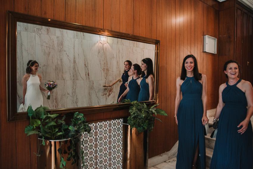 damas sorprendidas al ver a la novia