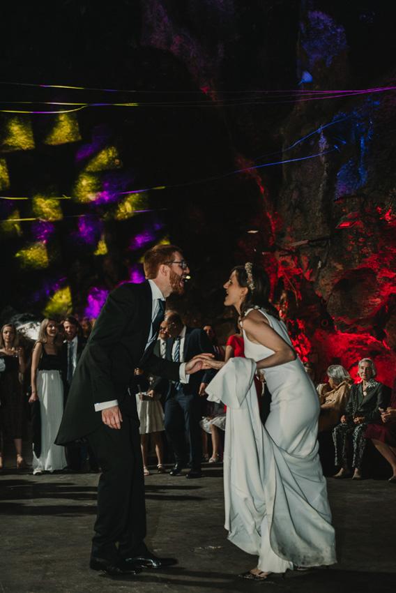 novios bailando en boda cueva majuelo