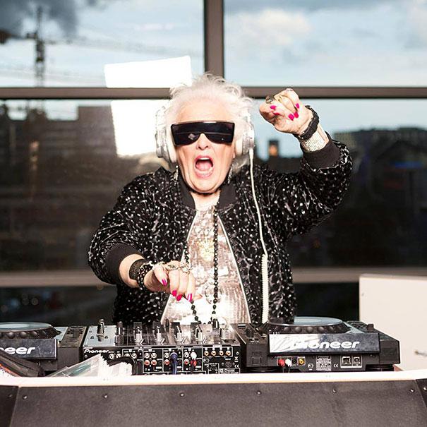 Диджей Рут Флаверс. Женщина увлеклась электронной музыкой в 68-летнем возрасте