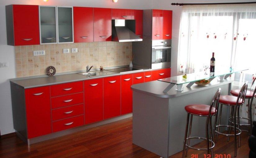 Mobila de bucatarie cu accente de rosu pentru bucatarii moderne