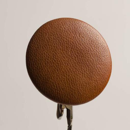 Guzik jasno brązowy obciągany skórą cielęcą 44 mm