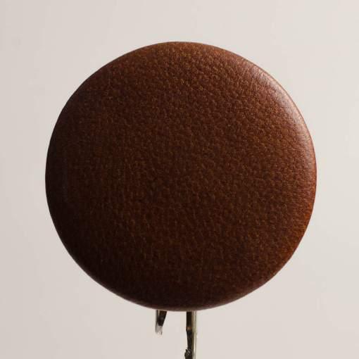 Guzik jasno brązowy obciągany skórą cielęcą 50 mm