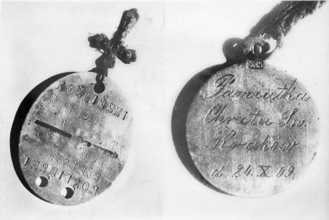 Nieśmiertelnik oraz pamiątkowy medalik z okazji Chrztu Św. znaleziony przy jednej z ofiar.