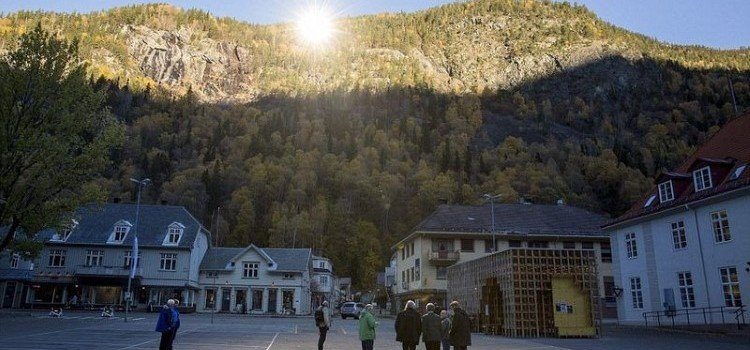 Rjukan-Makes-Use-Of-Mirrors-For-Sunlight-3-750x350