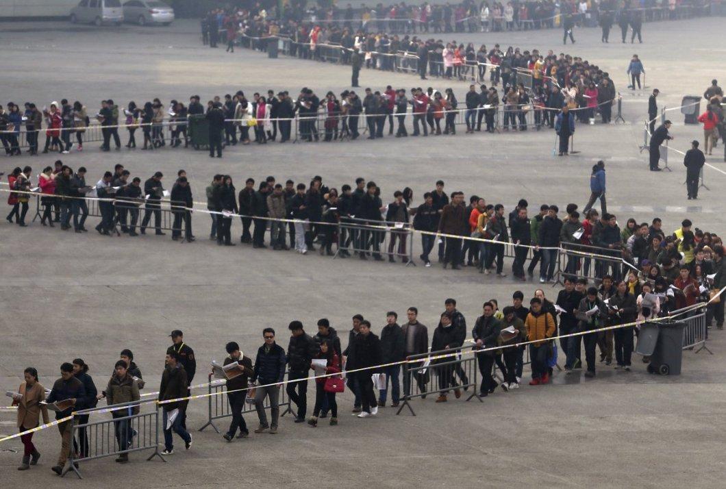 İş fuarı girişinde sırada bekleyen öğrenciler. Henan bölgesindeki Zengzhou'da olan bu fuarı 50000 ziyaretçi gezmiş.