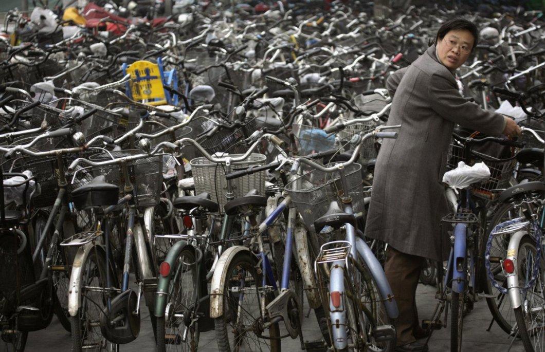 Pekin'de bisikletini alan kadın