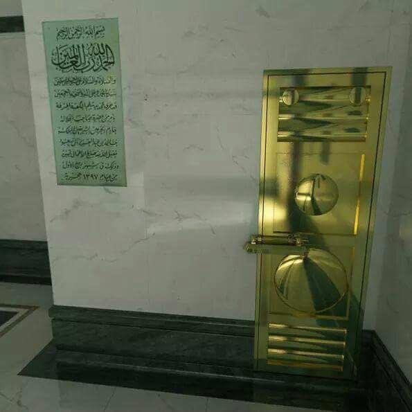 Doğu duvarında ve Kabe'nin kapısı ile Baabut Taubah'ın (tövbe kapısı) arasında Suudi Kral'ının Kabe'ye yaptığı renovasyon tarihini göstermek üzere mermer panoda Kral Fahd bin Abdülaziz el-Saud'un belgesi vardır. Kabe'nin üzerine yazılan taşların toplamı 10'dur ve hepsi beyaz mermerden yapılmıştır.