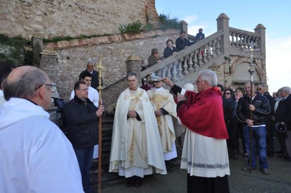 P. Carlos Walker recibiendo a los romeros de la ciudad de Barbastro
