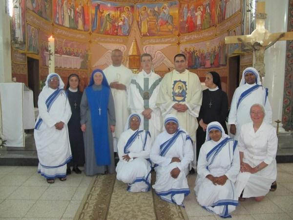 Padre Carlos Walker, IVE, junto a los religiosos del Instituto del Verbo Encarnado y a las misioneras de la Caridad que trabajan en Gaza