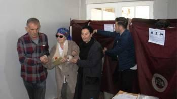 Fatma Girik hasta yatağından kalkıp oy kullandı