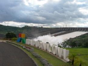 Das Itaipu Stauwerk inklusive Logo