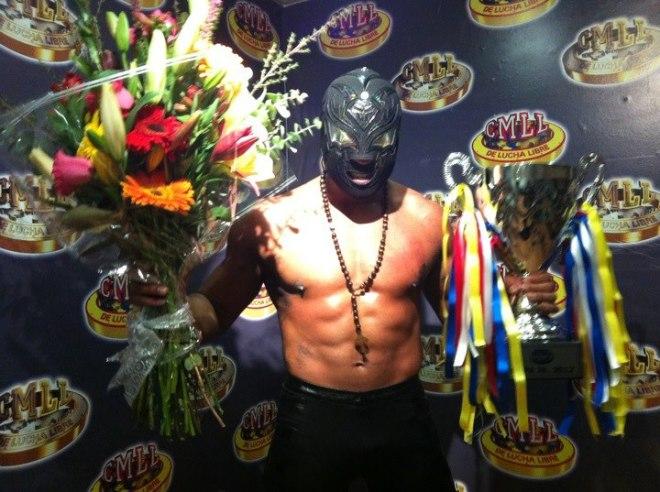 La Sombra, tras ganar la Copa Jr. ante Tama Tonga / Arena México - 14 de diciembre de 2012 / Imagen by Tercera Caída en Facebook