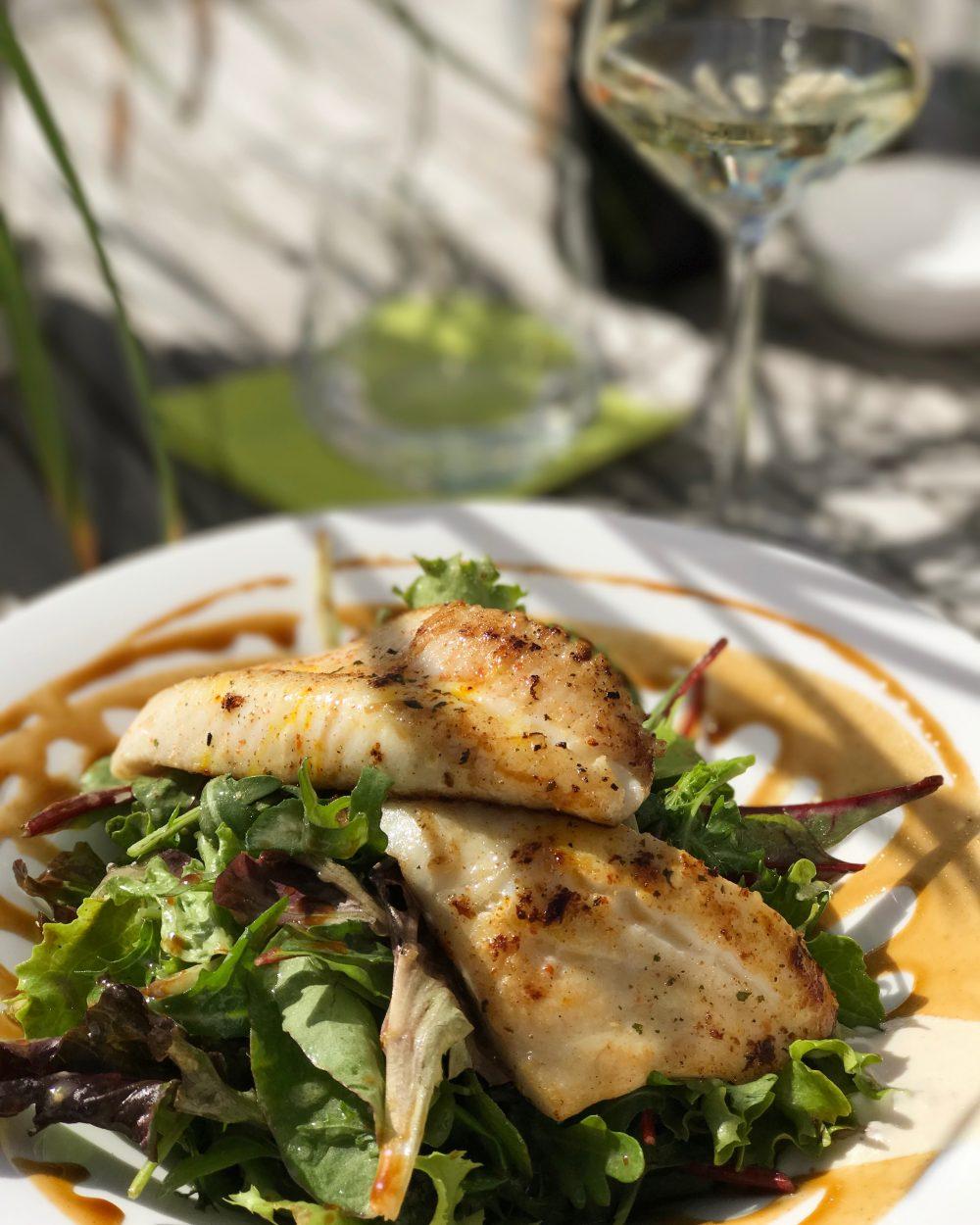 St. Petersfisch mit großem Salat