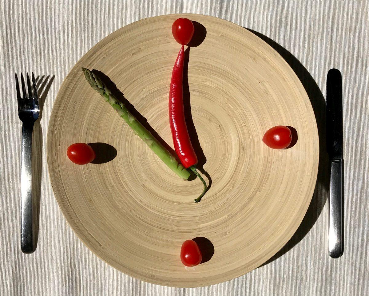 Intermittierendes Fasten: Uhrzeit auf Teller