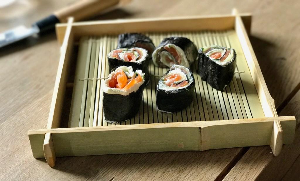 Low-Carb-Sushi Rolle angerichtet