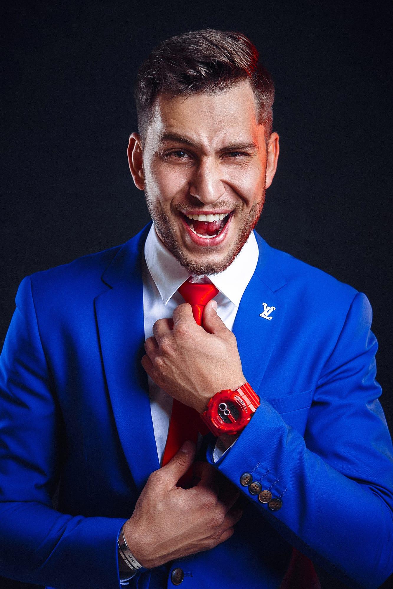 синий костюм портрет