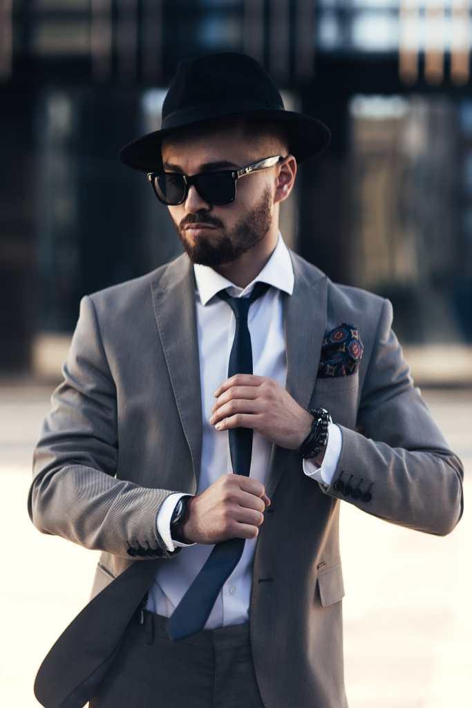 мужчина на улице в очках и в шляпе