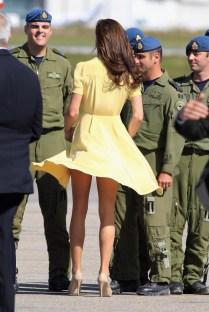 Em um dia ensolarado é impossível resistir à um vestido rodado, não é verdade? O vento fez Kate Middleton mostrar mais pernas do que a realeza permite...