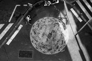 théo haggai fresque ronde en noir et blanc