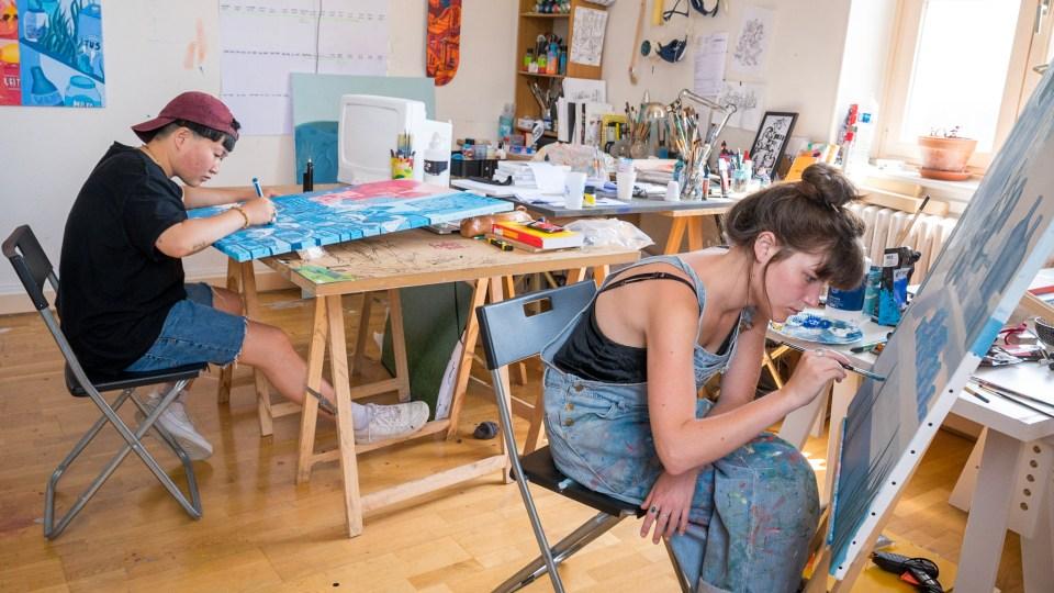 Miette et Bouda travaillant dans leur atelier, pour préparer leur exposition à Lyon.