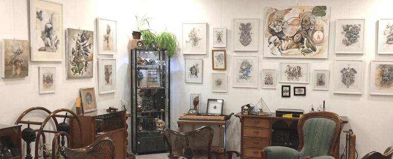 Exposition d'Arty Mori, tableaux dans galerie