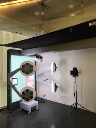Espaço comum no Explorium Retail Lab que permite tirar fotografias com roupas
