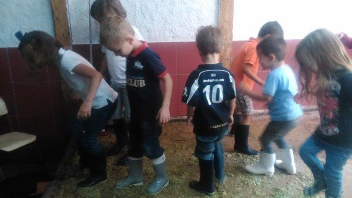 Haciendo la vendimia con niños en la Granja El Álamo