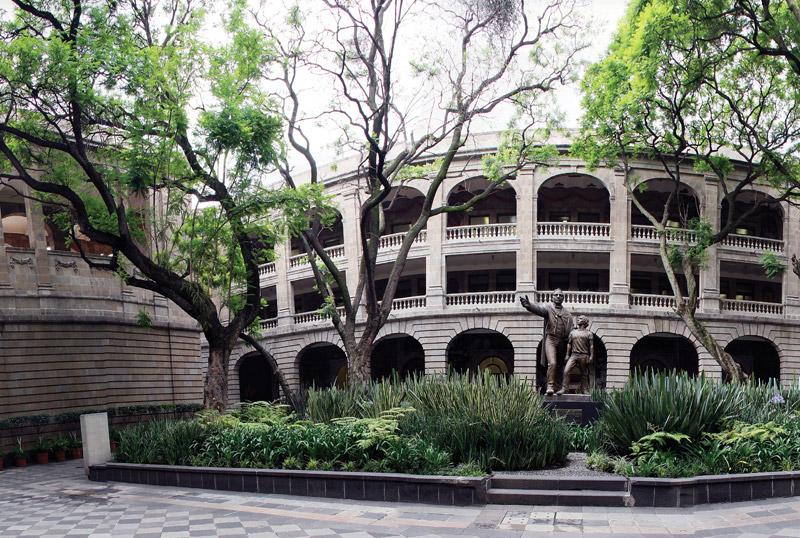 Héctor Martínez, Un palacio para la educación