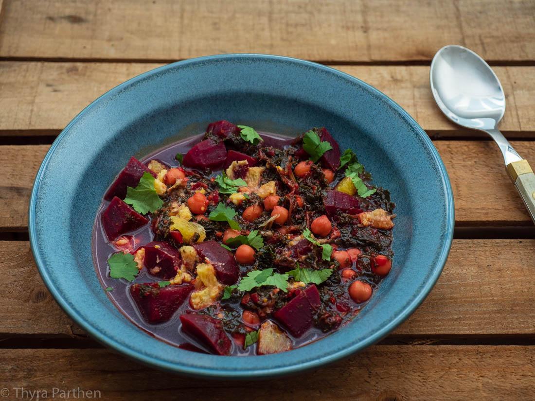 Grünkohl-Eintopf mit Roter Bete, Kichererbsen und Orangen-Mandel-Pesto