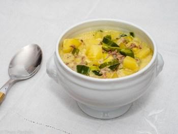 Kartoffel-Lauch-Suppe mit Käse und Hackfleisch