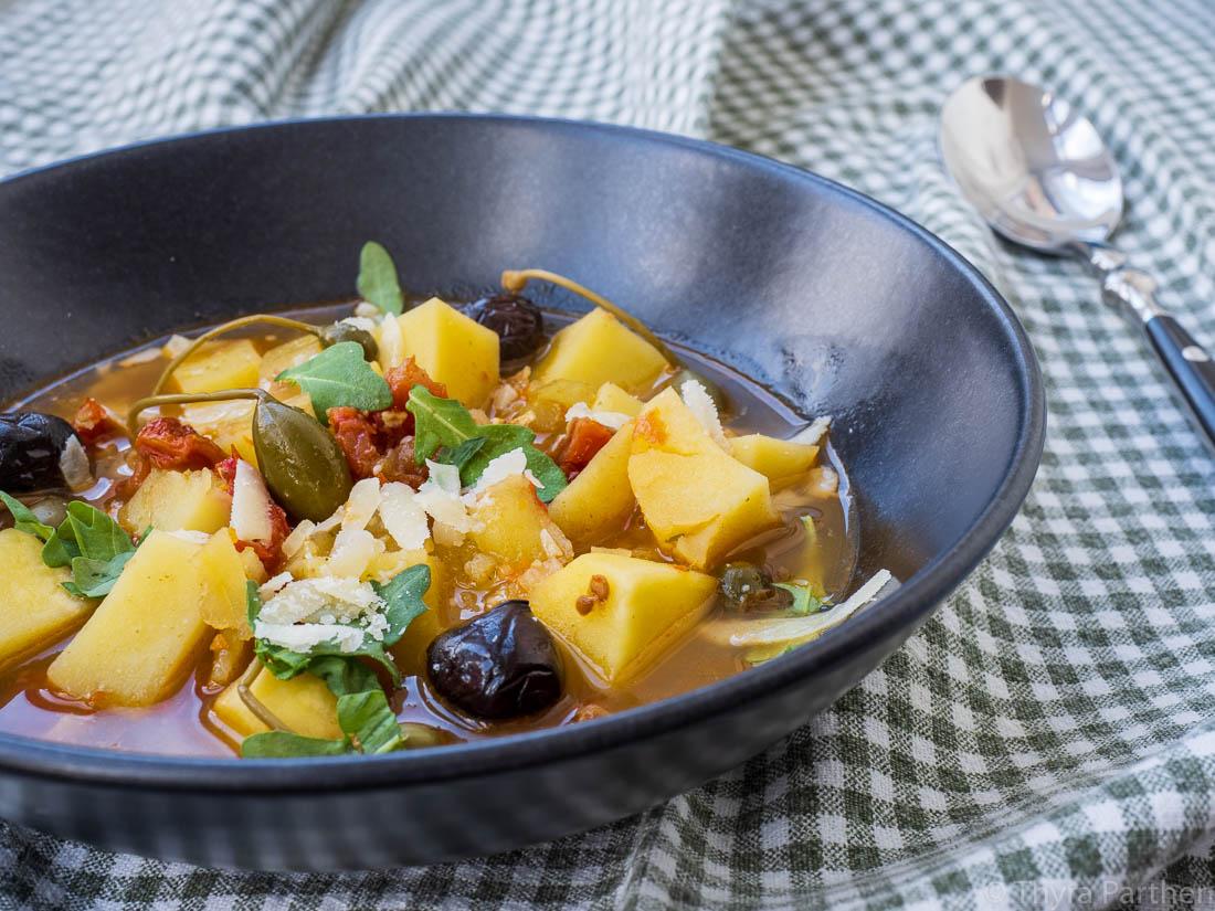 Kartoffelsuppe mit Karpernäpfeln und Oliven