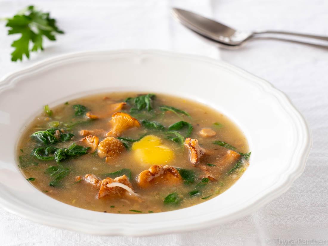 Suppe mit Pfifferlingen und Spinat