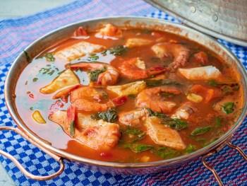 Cataplaña mit Fisch und Garnelen