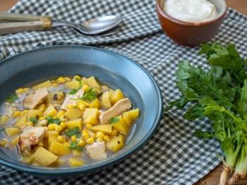 Kolumbianische Hühnersuppe mit Kartoffeln und Mais (Ajiaco)