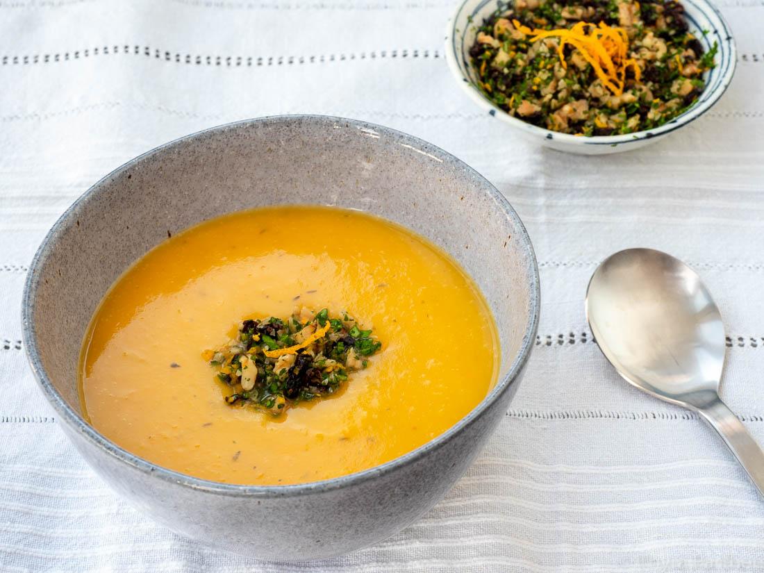 Butternut-Kürbis-Suppe mit Apfel und Berberitzen-Gremolata