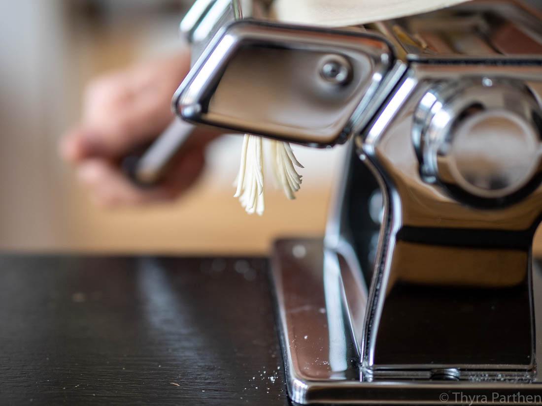 Ramen-Nudeln selber machen - Teig in der Nudelmaschine schneiden