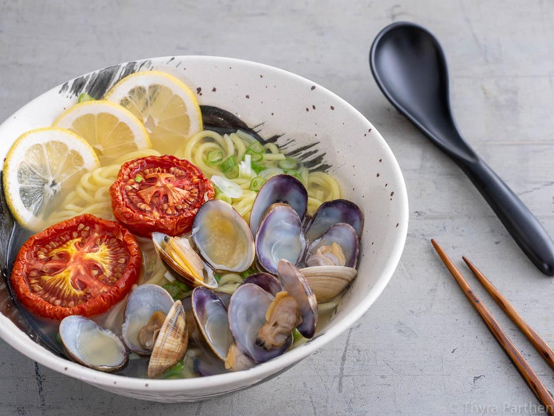 Ramen mit Venusmuscheln, Zitronen und gerösteten Tomaten