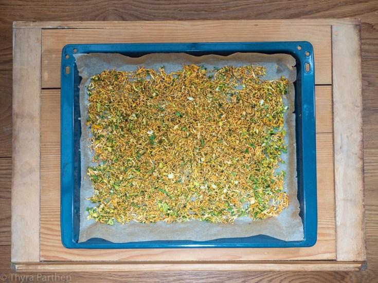 Gemüsebrühe-Pulver - Gemüse nach dem Trocknen auf Backblech