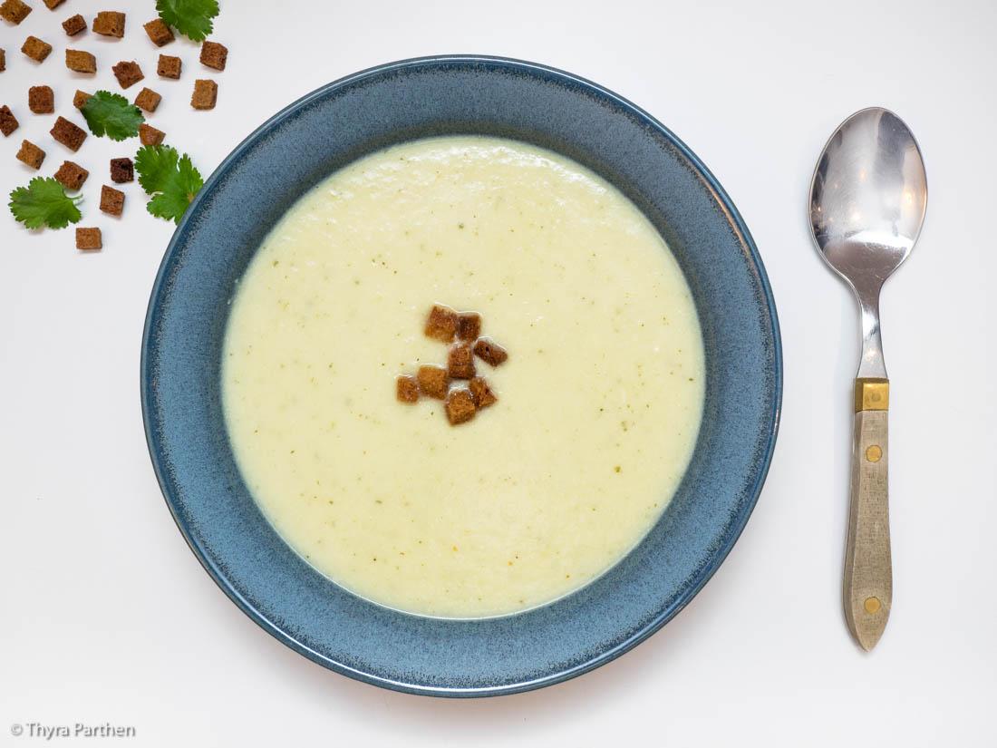 Blumenkohl-Apfel-Suppe mit Graubrot-Croutons und Koriandergrün