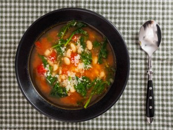 Tomatensuppe mit Spinat und Bohnen
