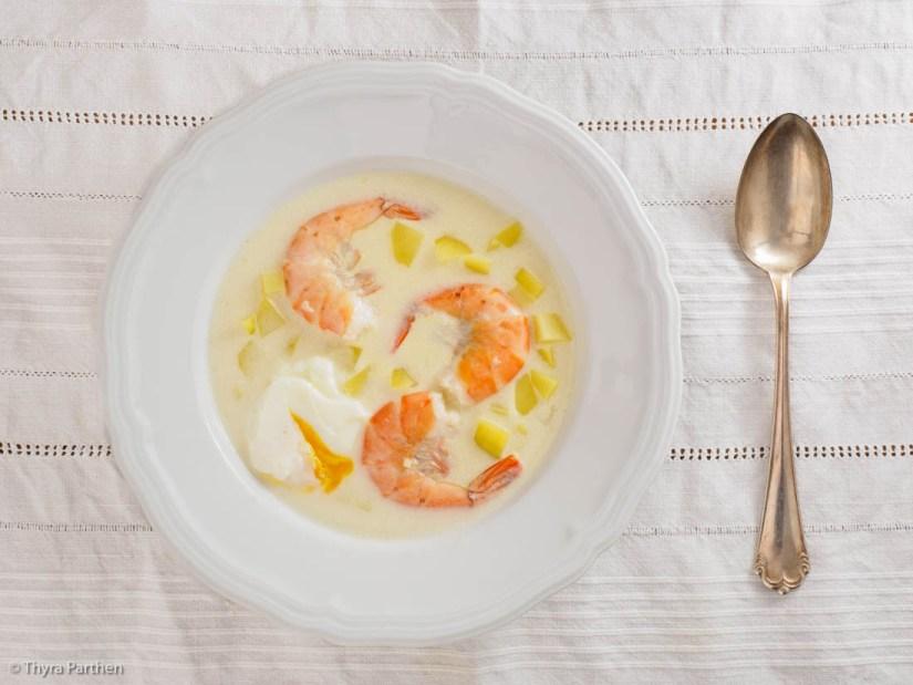 Chowder mit Garnelen und pochiertem Ei