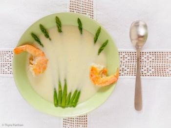 Parmesan-Cremesuppe mit Spargel und Garnelen