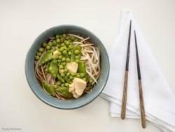 Suppe mit Soba-Nudeln, Erbsen und Hähnchenbrust