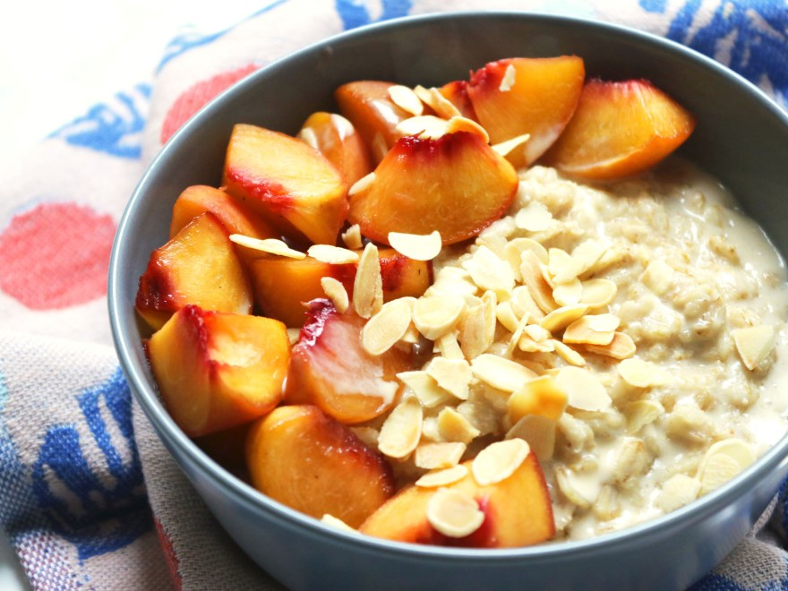 Peaches and cardamom porridge